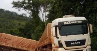 Caminhão na saida do Distrito de Caracol) Trecho em péssiamas condições