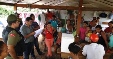 Oficial de Justiça Dilair Rodrigues notificando as familias.