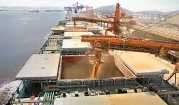 Carregamento de soja no porto de Barcarena