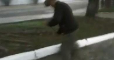 Prefeito é flagrado limpando rodoviária por corte de gastos em Itanhandu (Foto: Reprodução EPTV)