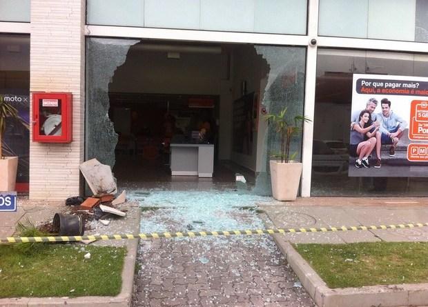 Vidros da loja Nextel foram destruídos (Foto: Enviado pelo Whatsapp)