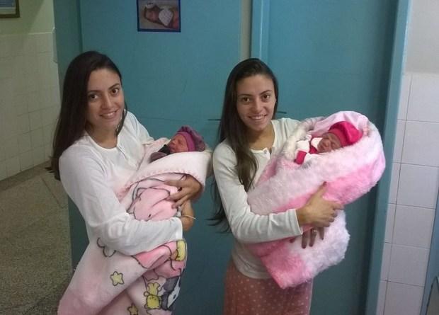 Jéssica, à esquerda, e Joyce deram à luz Valentina e Emanuelle no domingo (26) (Foto: Arquivo Pessoal)