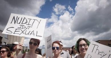 Com cartazes nas mãos, centenas de mulheres marcharam com os seios à mostra neste sábado, em Ontário, no Canadá - Hannah Yoon / AP