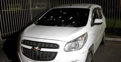 A maioria dos tiros atingiu o para-brisa do veículo - Cezar Loureiro / Agência O Globo