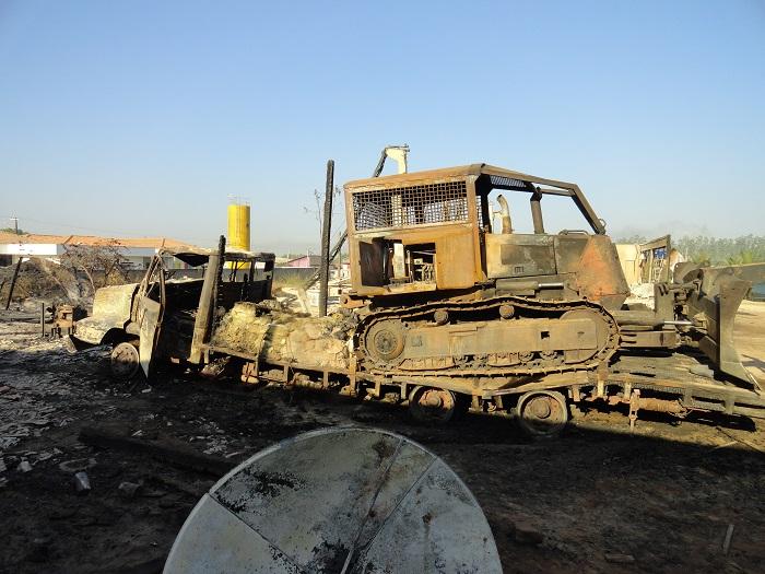 Trator e Caminhão destruído com incêndio