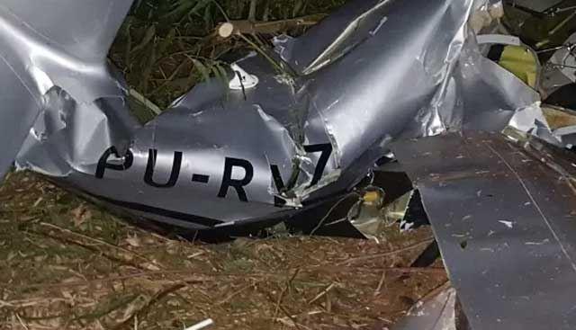 Avião monomotor caiu próximo ao aeroporto de Pirenópolis (Foto: Divulgação/Corpo de Bombeiros)