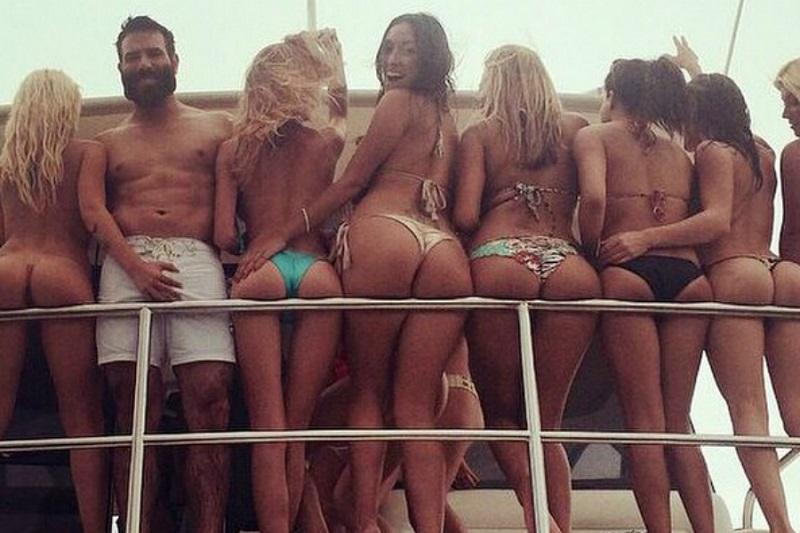 Dan ostenta em pose com muitas mulheres (Reprodução/Instagram)