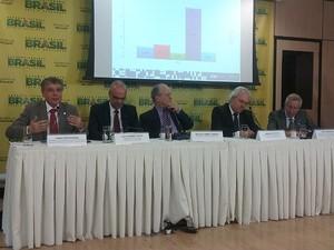 Ministro da Educação, Renato Janine Ribeiro (centro), falou sobre o resultado da ANA na quinta-feira (17) (Foto: Mateus Rodrigues/G1)