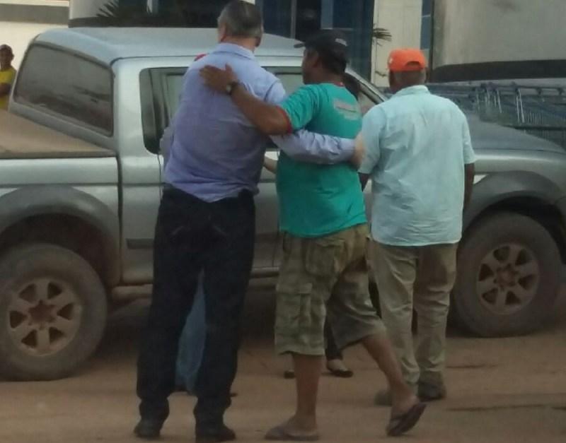 Após deixar Presidio - Castanha sendo abraçado por populares em Novo Progresso