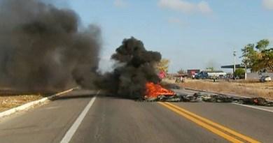 Pneus foram queimados para bloquear rodovia no Rio Grande do Norte (Foto: Reprodução/Inter TV Cabugi)