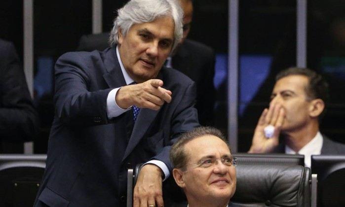 Os senadores Delcídio Amaral (em pé) e Renan Calheiros - André Coelho/17-11-2015 / Agência O Globo