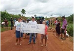 Agricultores-interditam-estrada-de-Barreiras-300x226