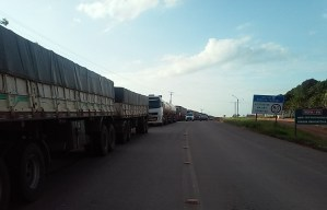 caminhões na rodovia BR -163