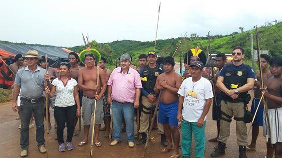 Indígenas no fim do protesto com populares