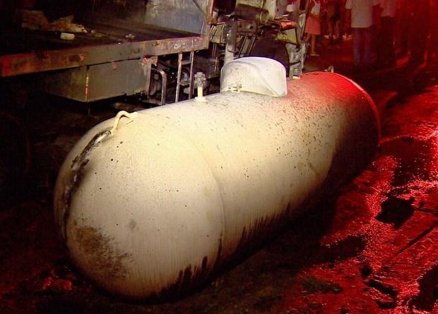 Explosão ocorreu após o rompimento de uma válvula durante a troca de cilindros, segundo bombeiros (Foto: Reprodução/Rede Amazônica)