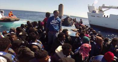 Foto-Guarda costeira italiana resgata refugiados na costa mediterrânea - STR / AFP