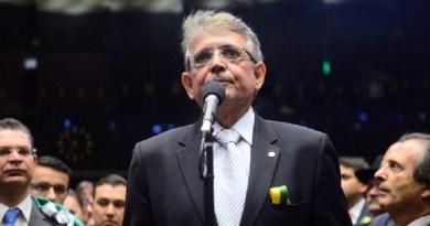 deputado-pauderney-avelino-dem-am-vota-pela-continuacao-do-processo-de-impeachment-da-presidente-dilma-rousseff-na-camara-dos-deputados-1460932554015_615x300