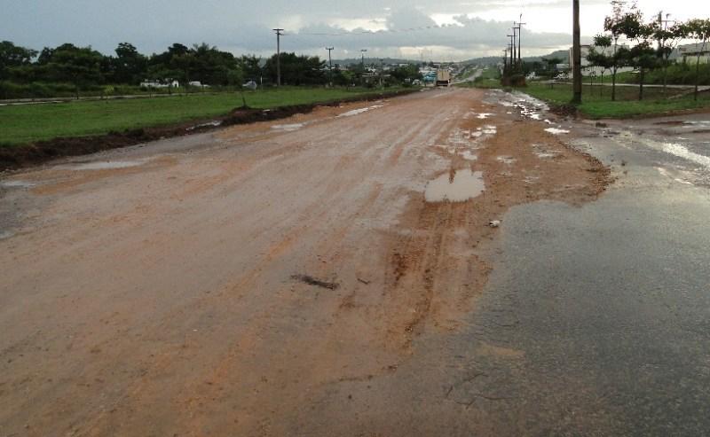 Um trecho danificado na entrada da cidade complica a vida dos motoristas.