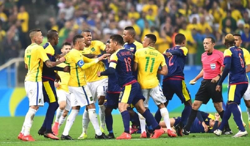 Confusão no fim do primeiro tempo após entrada dura de Neymar sobre colombiano (Marcos Ribolli / Globoesporte.com)