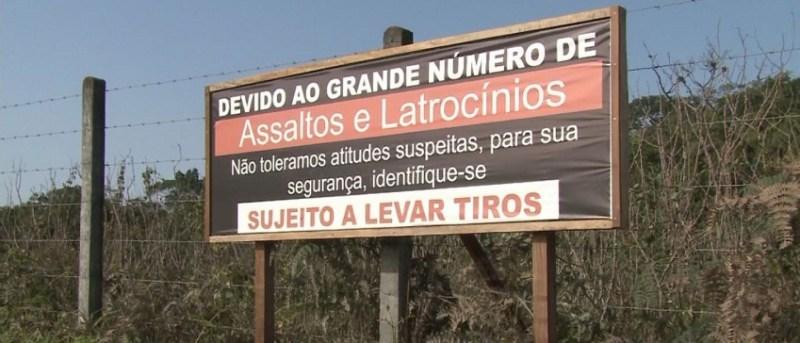 """Placa:""""SUJEITO A LEVAR TIROS"""""""