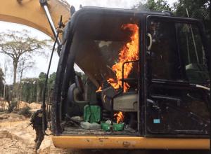 Agentes do Grupo Especializado de Fiscalização (GEF) do Ibama destroem escavadeira usada em garimpo, na Terra Indígena Sete de Setembro (MT/RO)