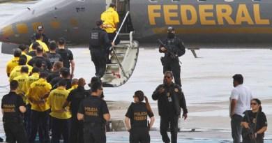 AM - TRANSFERÊNCIA-17-PRESOS-COMPAJ - GERAL - Dezessete presos do Complexo Penitenciário Anísio Jobim (Compaj) embarcam no Aeroporto internacional Eduardo Gomes, em Manaus (AM), na tarde desta quarta-feira (11). Os presos são suspeitos de comandarem o massacre que matou 60 presos e estão sendo transferidos para as Penitenciárias Federais de Mossoró, no Rio Grande do Norte, e de Campo Grande (MS). Alguns parentes acompanharam emocionados a transferência de seus familiares. 11/01/2017 - Foto: EDMAR BARROS/FUTURA PRESS/FUTURA PRESS/PAGOS