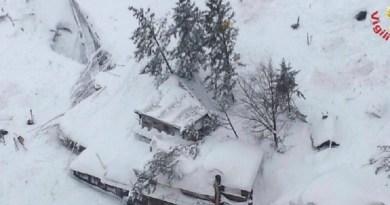 imagem-aerea-mostra-hotel-na-regiao-de-farindola-soterrado-por-neve-na-italia-apos-avalanche-causada-por-terremotos-1484819165705_615x470