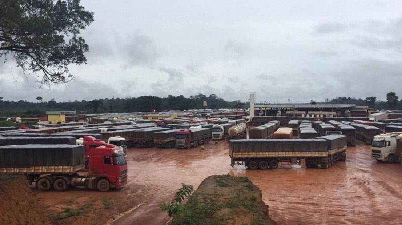 Caminhões parados no distrito de Caracol (Itaituba-PA)