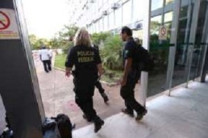 (Foto Dida Sampaio/Estadão ) -Agentes da Policia Federal deixam o prédio do Ministério da Agricultura no final desta tarde durante a Operação Carne Fraca