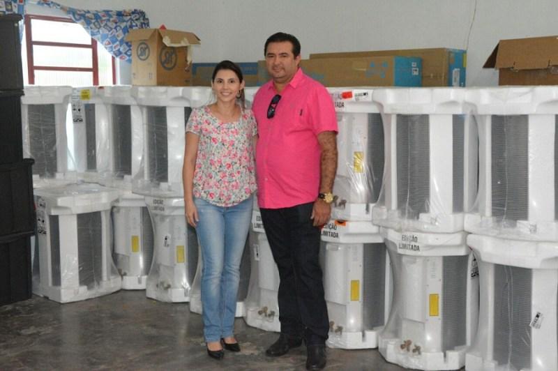 Prefeito Macarrão e secretaria de educação Juliana Bertol.(Foto Claudinho Leite)