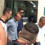 'BBB 17': Marcos deixa delegacia após depoimento sobre suposta agressão