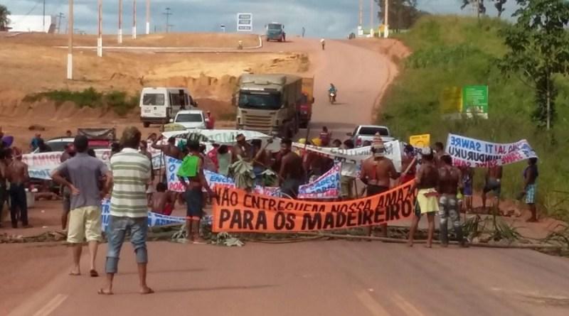 Indígenas fecham rodovia Transamazônica em Itaituba
