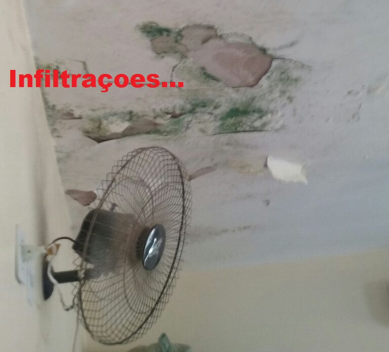 Infiltrações tomam conta das paredes