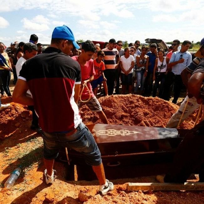 Parentes enterram vítimas de massacre no Pará (Foto: Lunae Parracho/Reuters)