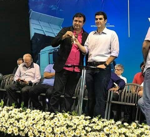 Prefeito de Novo Progresso recebendo a chave nas mãos do ministro Helder Barbalho (PMDB)