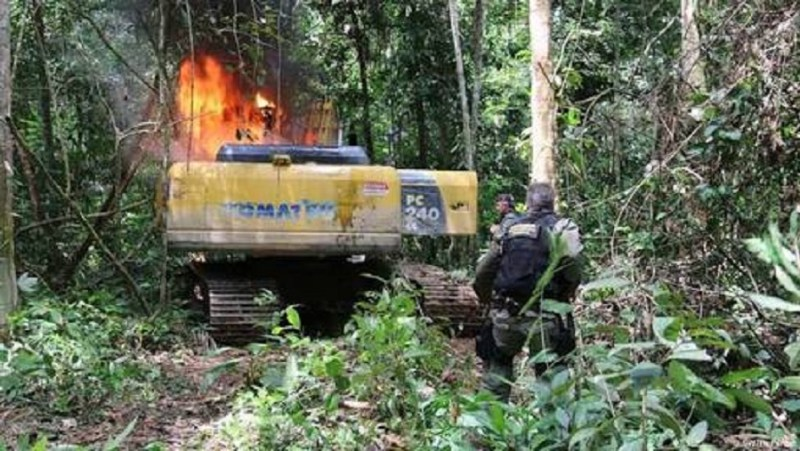 Pá Escavaderia destruida com fogo pelos fiscais ambientais