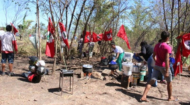 Movimento Sem Terra (MST) monta acampamento no local (Foto: Catarina Costa/g1)