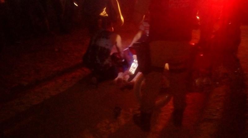 Homens da Força Nacional tentam socorrer vitima . assassinada com dois tiros.