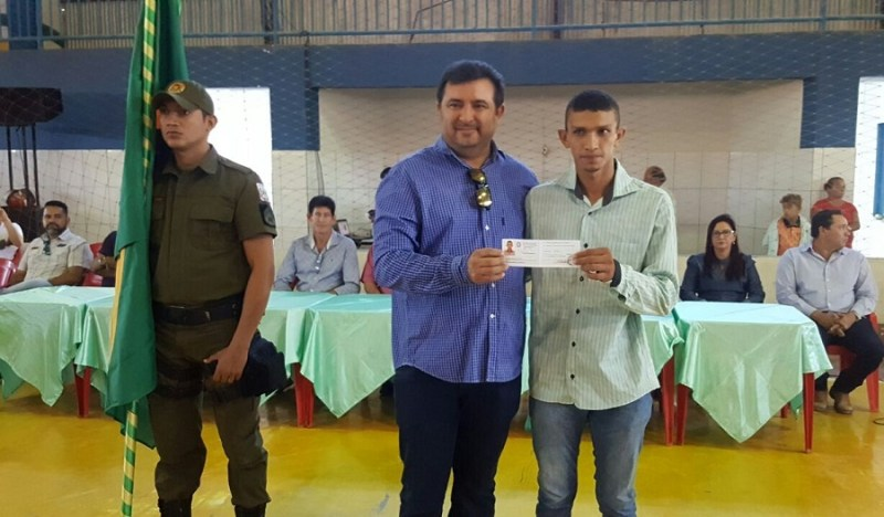 Prefeito Ubiraci Soares (PSC) , entrega certificado de dispensa Militar a jovem progressense.