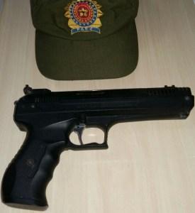 Arma de mentira que vinha sendo usada pelo assaltante.