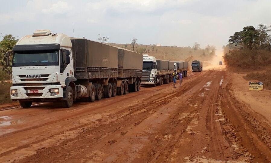 Vídeo-Uma chuva mostra que condições da BR 163 atrapalha escoamento da safra de grãos até porto de Miritituba no Pará