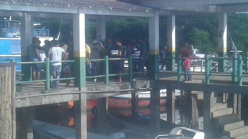 Populares no porto de Vitória de Xingu buscam informações sobre o naufrágio. Foto: via Whatsapp