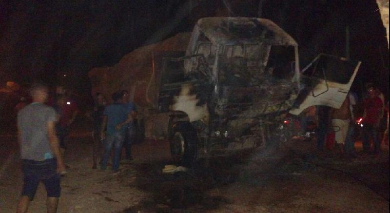 ICMBio ateia fogo em três caminhões carregados de toras de madeira no centro de Trairão/PA