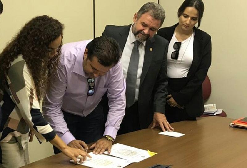 Em Belém-Prefeito Macarrão assinando a adesão ao Programa Municípios Sustentável