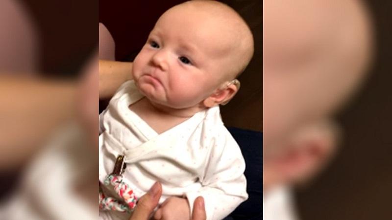 Bebê ouve voz da mãe pela primeira vez e reação emociona a web. Veja o vídeo