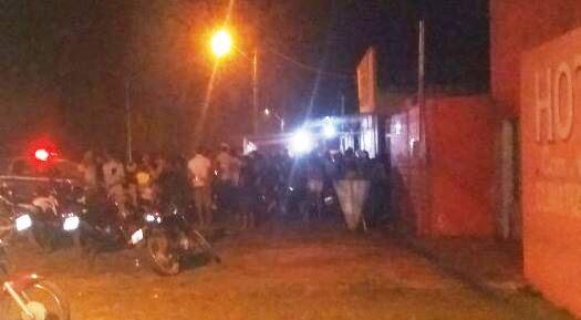População se aglomera no local do crime (Foto: via whatsapp)