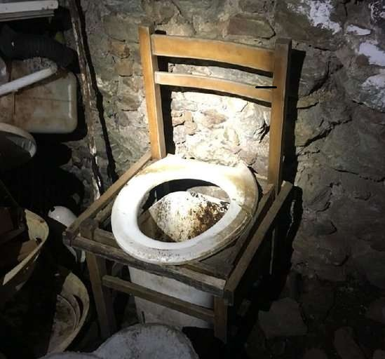 BBC O 'banheiro' era um balde colocado em baixo de uma cadeira | Fonte: Polícia italiana