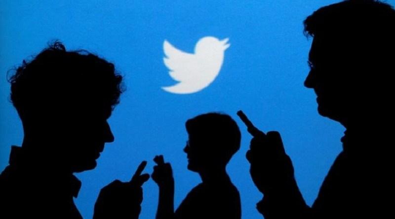 Pessoas com celulares diante de projeção do logo do Twitter 27/09/2013 REUTERS/Kacper Pempel/Illustration/File Photo
