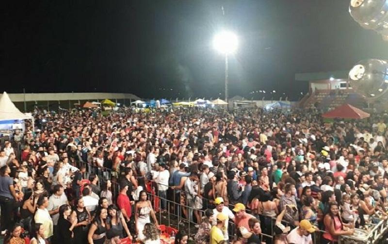 """Aniversário da cidade foi comemorado com show de """"Naiara Azevedo"""" e Festa na Igreja Católica"""