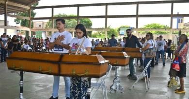 Famíliares das nove vítimas do naufrágio do empurrador TBL CXX dando seu último adeus (Foto: Fábio Cadete/G1)